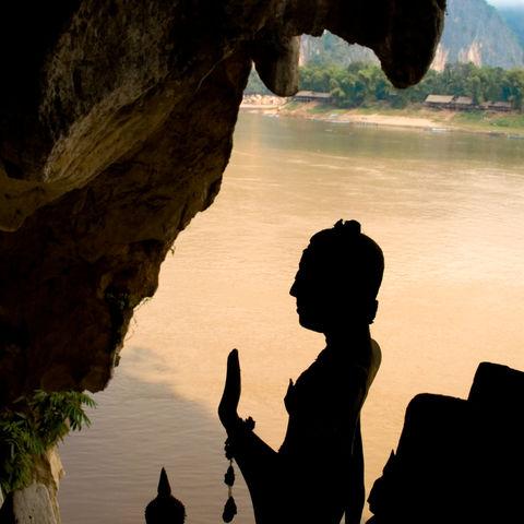 Silhouette einer Buddhastatue der Pak Ou Höhle, Laos