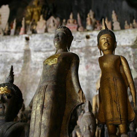 Goldene Buddhastatuen in den Pak Ou Höhlen, Laos