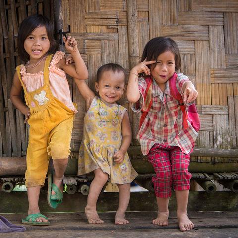 Kinder eines Dorfes in der Nähe von Pakbeng, Laos