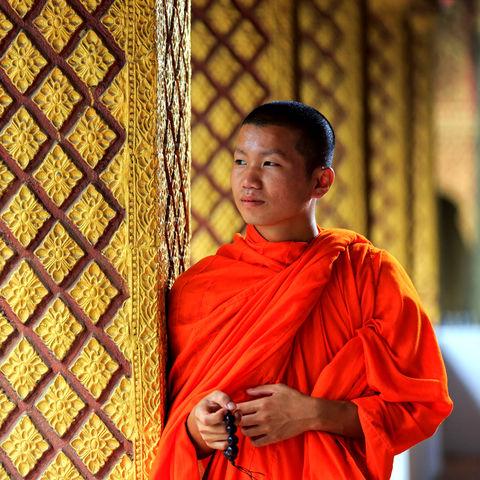 Junger Mönch in einem Tempel mit einem Mala Armband © Dmitrii Fadeev, Dreamstime.com