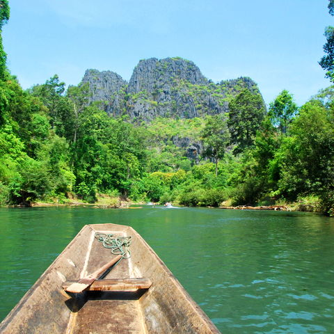 Mit dem Boot auf dem Weg in die 7.5 km lange Kong Lor Höhle, Laos