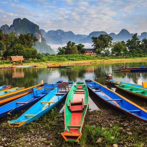 Boote nahe Vang Vieng © Nakornthai Seanglerd, Dreamstime.com