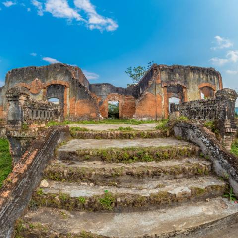 Ruinen eines kolonialfranzösischen Gebäudes, Muang Khoun, Xieng Khouang Provinz, Laos