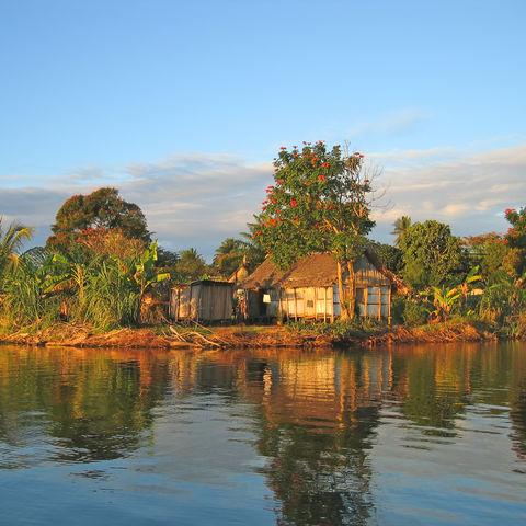 Kleines Fischerdorf am Kanal des Pangalanes im Sonnenuntergang, Madagaskar