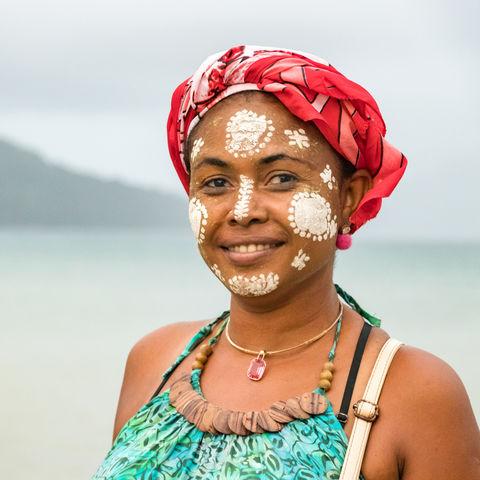 Madagassin mit traditioneller Bemalung im Gesicht, Nosy Be, Madagaskar