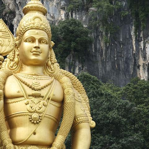 Die Statue des Affengottes Hanuman vor den Batu Caves, Malaysia