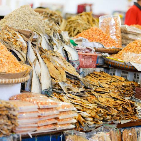 Getrockneter Fisch und Shrimps auf einem Markt, Borneo, Malaysia