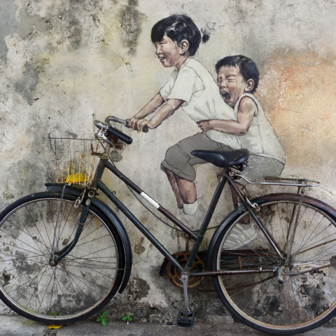 "Bekanntestes Wandgemälde Georgetowns: ""Kids on Bicycle"" vom Litauer Ernest Zacharevic, Penang, Malaysia"