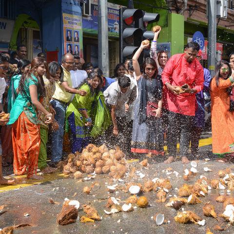 Je mehr Kokosnüsse kaputt gehen, umso mehr Glück im nächsten Jahr: Thaipusam Fest, Georgetown, Penang, Malaysia