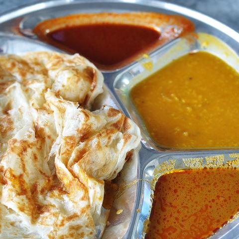 Typisch indisch-malaysisches Essen: Roti Canai-Fladenbrot mit Linsen-Dhal, Malaysia