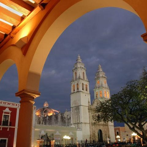 Kathedrale in Campeche in der Dämmerung, Mexiko