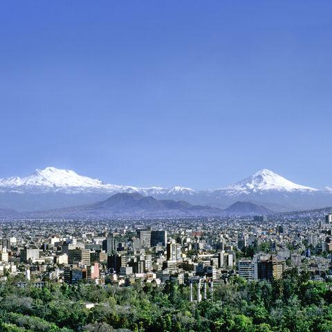Mexiko-Stadt mit Vulkanen im Hintergrund, Mexiko