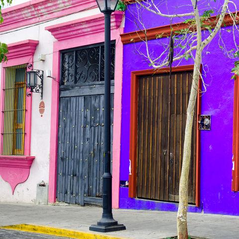 Bunte Häuser in Oaxaca, Mexiko