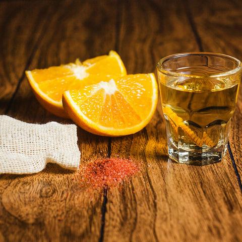 Nicht nur Tequila kommt aus Mexiko: Mezcal mit Orangenscheiben und Wurmsalz, Oaxaca, Mexiko
