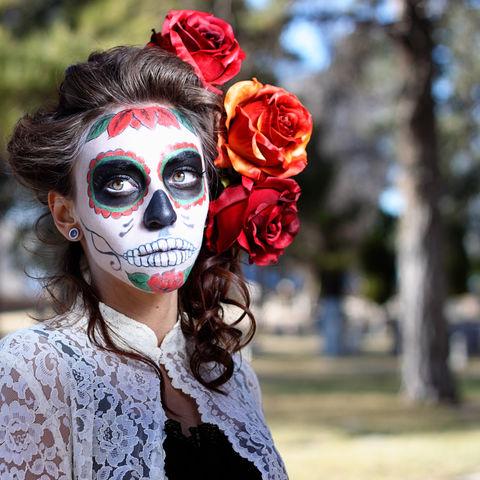 Mexikanerin mit farbenfroher Totenkopfbemalung am Tag der Toten, Mexiko