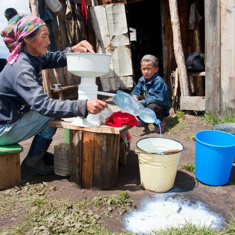So wird Milch im Mongolischen Altai hergestellt!, Mongolei