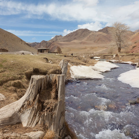 Bergfluss in der Steppe, Mongolei