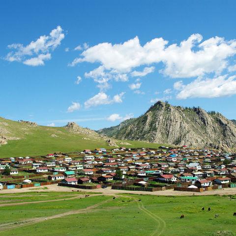 Blick auf die bunte Stadt Tsetserleg, Mongolei