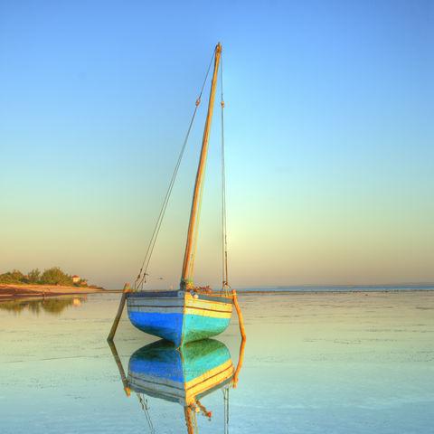 Eine Dhau, ein arabisches Segelboot, im paradiesischen Meer, Mosambik