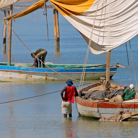 Fischer auf ihren traditionellen Segelbooten, Vilanculos, Mosambik
