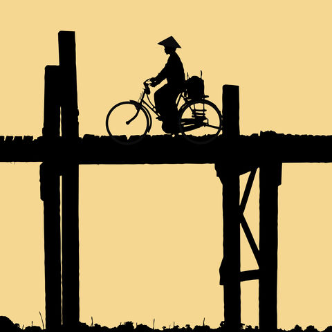 Mit dem Rad über die U-Bein Brücke bei Amarapura, Mandalay, Myanmar
