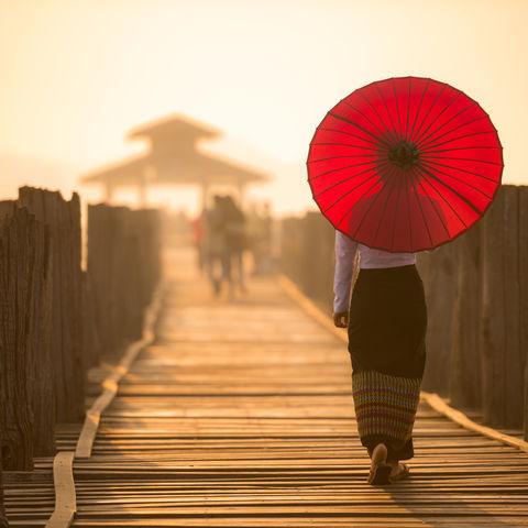 Frau mit einem Schirm auf der U-Bein Brücke, Myanmar