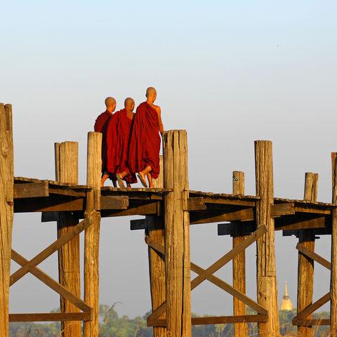Mönche auf der U-Bein Brücke, Myanmar