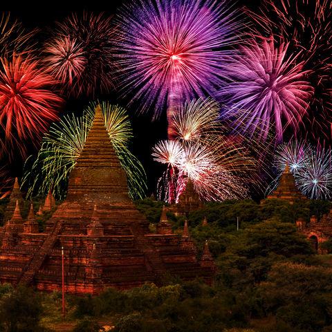 Zeit der Lichterfeste: Buntes Feuerwerk in Bagan, Myanmar