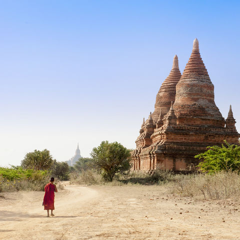 Kleiner Junge inmitten riesiger Pagoden, Bagan, Myanmar
