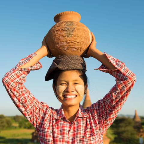 Tongefäß auf dem Kopf einer Bäuerin, Myanmar