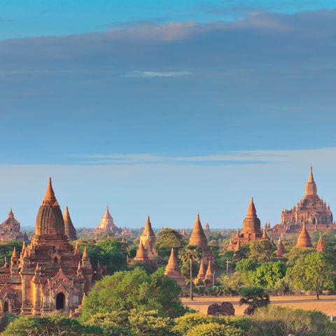 Die Pagoden von Bagan bei Sonnenaufgang