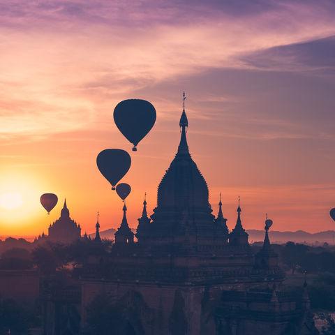 Heißluftballons zum Sonnenaufgang über Bagan, Myanmar