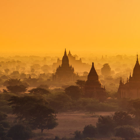 Sonnenuntergang über den Tempeln von Bagan