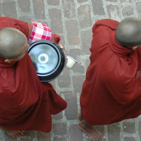 Blick auf zwei Mönche, Myanmar
