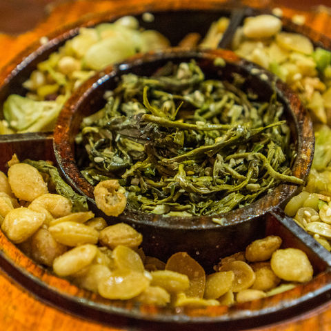 Passt das zusammen? Fermentierte Teeblätter und Erdnüsse, Myanmar