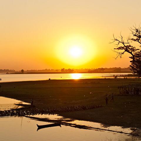 Flusslandschaft im Sonnenuntergang, Myanmar
