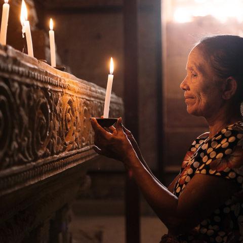Frau im Gebet, Myanmar