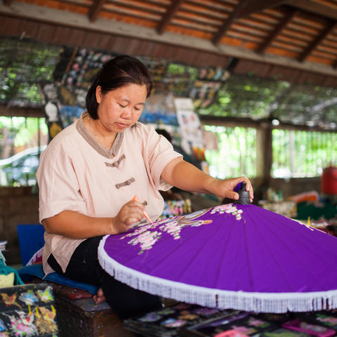 Bemalung eines lila Schirms aus Holz, Myanmar