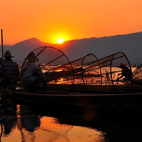 Fischer bei Dämmerung auf dem Inle-See, Myanmar