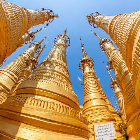 Wenn Gold auf Blau trifft: die sich gen Himmel streckenden Stupas von Indein, Inle See, Myanmar