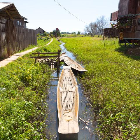 Schwimmende Dörfer und Boote im Inle See, Myanmar