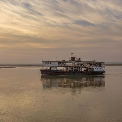Fährschiff auf dem Irrawaddy-Fluss bei Sonnenaufgang, Myanmar