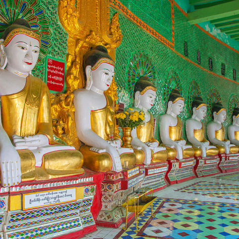 Buddhas im Tempel auf dem Sagaing Hill