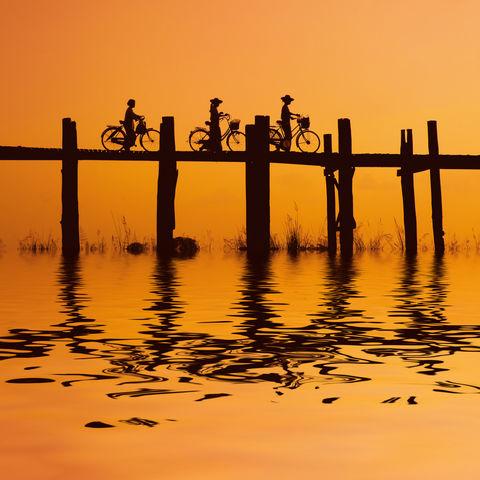 Radfahrer auf der U Bein Brücke in Mandalay, Myanmar