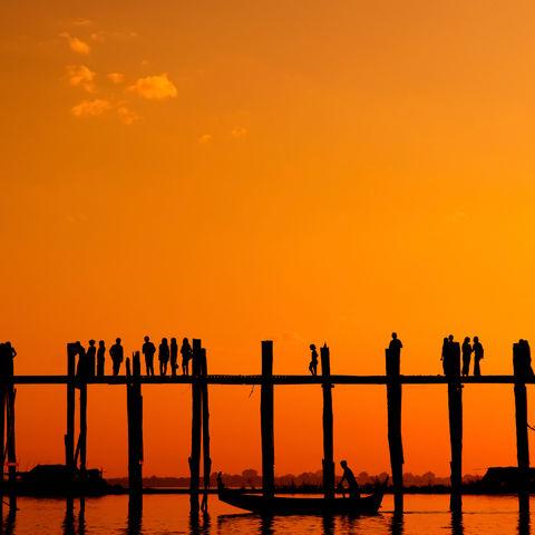 Menschen spazieren über die U-Bein Brücke