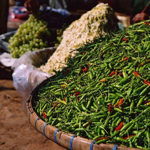 Grüne Chilis auf einem Markt