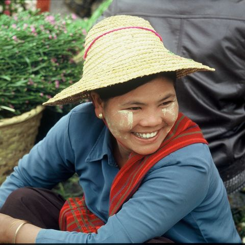 Burmesin auf einem Markt, Myanmar