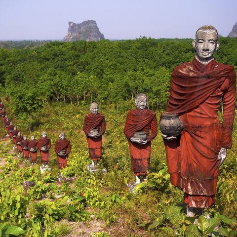 In Reih und Glied: Mönchsstatuen auf dem Weg zum größten liegenden Buddha der Welt, Myanmar