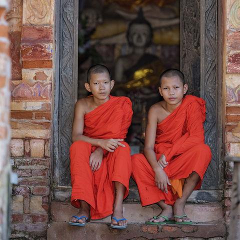 Zwei Mönche in einem Tempel, Myanmar