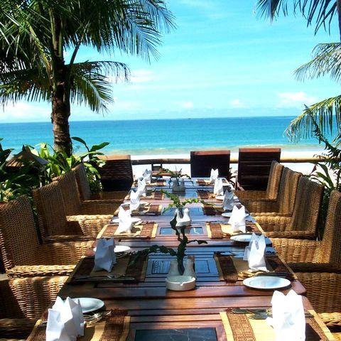 Terrasse eines Restaurants mit Meerblick im Sandoway Resort, Myanmar